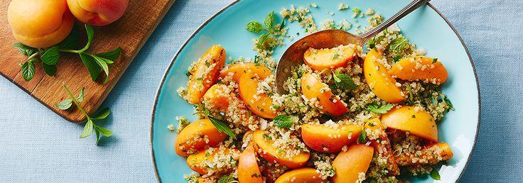 Salade de quinoa à la menthe, avec des poivrons jalapeno et des abricots frais