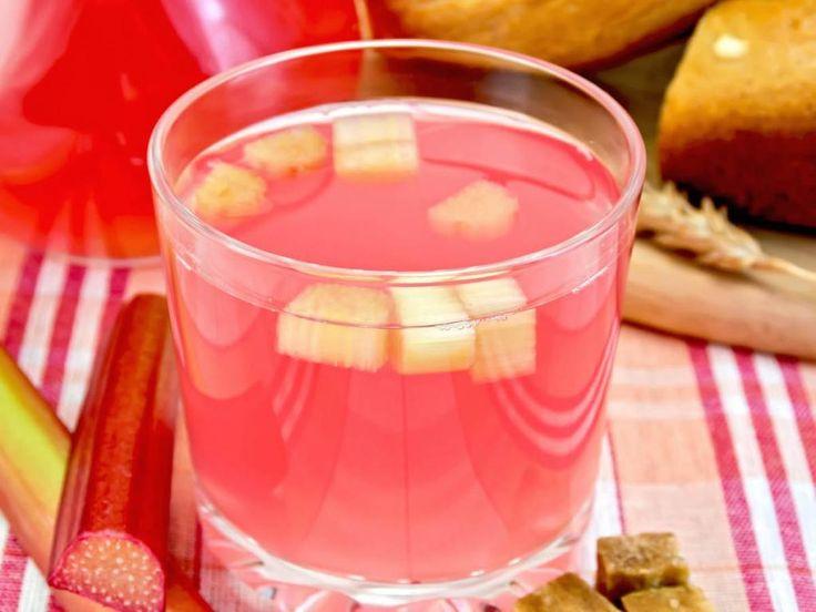 Rhabarber-Fans aufgepasst: Im Frühling startet die Rhabarber-Saison! Grund genug unser Rezept für fruchtigen Rhabarber-Likör mit frischer Vanille auszuprobieren. Cheers!