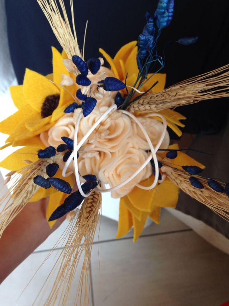 Centrotavola matrimonio costituito da girasoli e rose fatte a mano con il pannolencio, midollino e fiori secchi