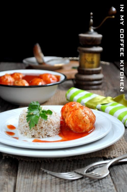Lekkie i delikatne pulpety   drobiowe w sosie pomidorowym.   Nadają się dla osób na diecie lub   małych dzieci.     Składniki:   1/2 k...