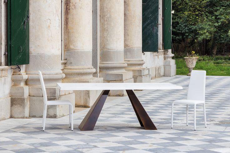 Sedie bianche in metallo e tessuto ecopelle abbinate al tavolo in legno e metallo Venus