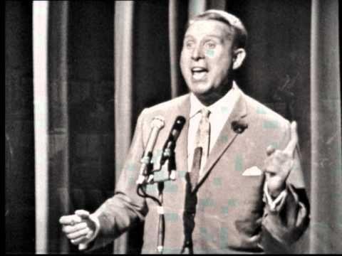 """Charles Trenet - La mer (Officiel) [Live Version] Sur scène et en public, Charles TRENET chante """"La mer"""", accompagné de l'orchestre de Raymond LEFEVRE."""