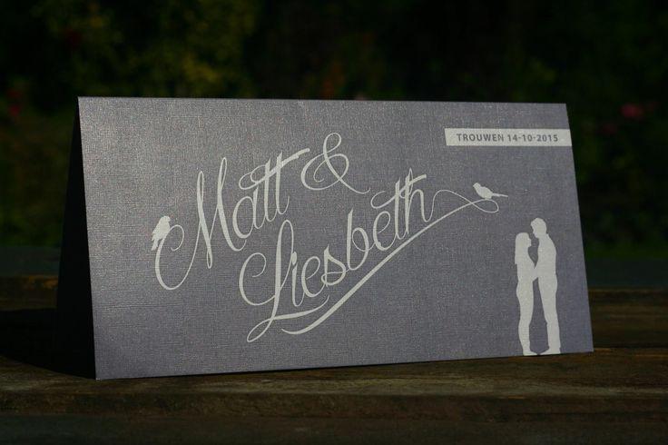 Trouwkaart   Matt & Liesbeth   uniek   origineel   trouwkaartje   linnen   luxe   uitstraling   silhouet van het bruidspaar   vogeltjes   sierlijk   strak   witte inkt   Studio Altena