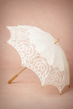Who wouldn't want a parasol on their wedding to complete that vintage look!? #wedding #accessories #vintage
