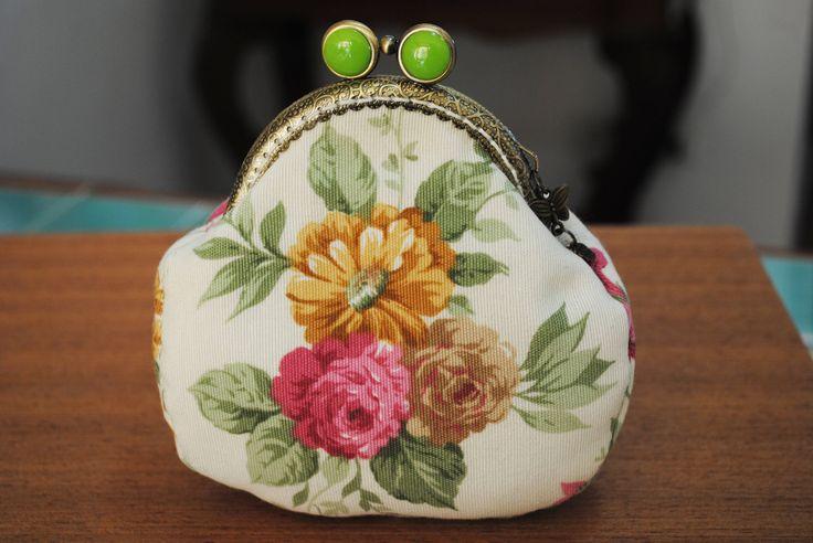 Borsellino in tessuto floreale su fondo panna,telaio in bronzo con applicazione in acrilico color verde. di HandmadeRachele su Etsy