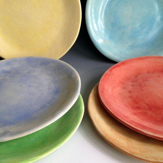 Eine Reihe von sechs Seitenplatten in sechs verschiedenen Farben, Ihre Erfahrung mehr Spaß machen! Dieses Angebot gilt für einen Satz von sechs Platten, erhältlich in 3 Größen 6 7 1/4 und 8 Farben können Sie wählen, eine Mischung aus sechs Farben oder ein Set von 6 alle in der gleichen Farbe. Zur Klärung der Blues ist Taubenblau 5. von unten gezeigt (erstes Foto) und hellblau ist 5.. Aus Steingut hergestellt, diese Platten sind sehr langlebig und absolut alltagstauglich. Sie sind spül...