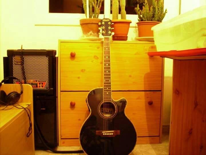 Mi guitarra acústica - fotografía → Rafael Escobar Caballero .