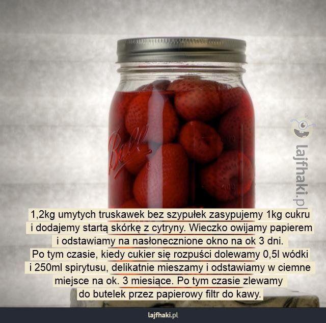 Jak zrobić likier truskawkowy? - 1,2kg umytych truskawek bez szypułek zasypujemy 1kg cukru  i dodajemy startą skórkę z cytryny. Wieczko owijamy papierem  i odstawiamy na nasłonecznione okno na ok 3 dni.  Po tym czasie, kiedy cukier się rozpuści dolewamy 0,5l wódki  i 250ml spirytusu, delikatnie mieszamy i odstawiamy w ciemne  miejsce na ok. 3 miesiące. Po tym czasie zlewamy  do butelek przez papierowy filtr do kawy.