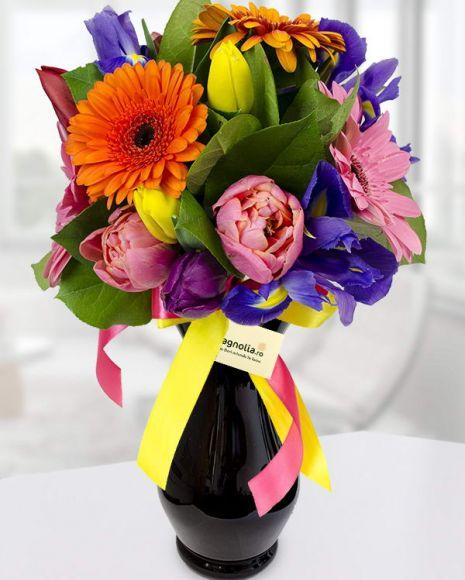 Buchet cu flori de primavara. Buchetul con'ine lalele, irisi si gerbera.  Spring flower bouquet with tulips, irises and gerbera.