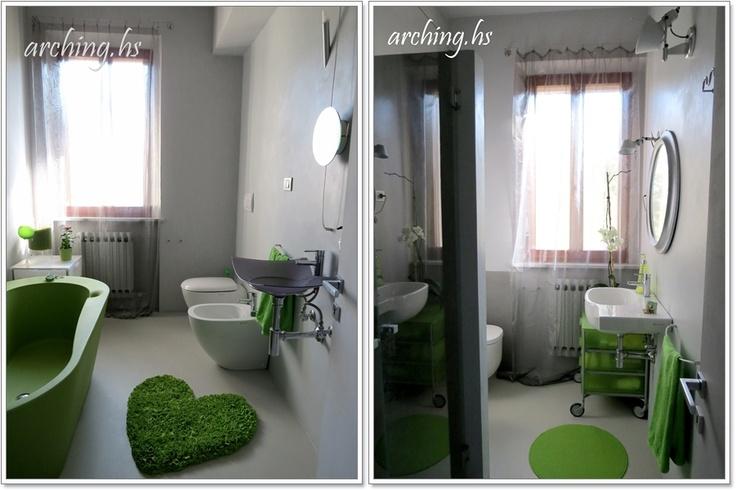 """Ed ecco i 2 bagni di  Arching Home Stager (archinghomestager.wordpress.com/) che mi chiede di pubblicare per lei! Li descrive così: Foto sx (vasca verde). Questo bagno è un esperimento ... resina sul pavimento, smalto sulle pareti, porta """"invisibile"""", colore grigio e vasca da giardino. Foto dx. Altro esperimento ... resina sul pavimento, pareti parzialmente piastrellate, porta """"invisibile"""", colore grigio e restyling vecchio specchio."""