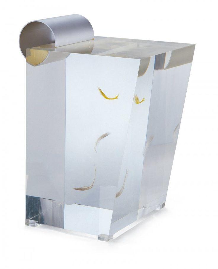 """« Acrylic Stool » de Shiro Kuramata, designer japonais. Acrylique, aluminium, plumes, finitions en alumine coloré   """"Le designer insère dans la masse transparente de ce siège quelques plumes qui suggèrent l'idée d'un mouvement et font naître une autre dimension du temps. La chute des plumes est stoppée à l'instant T où elles sont figées dans l'acrylique."""