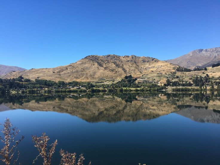 Can't wait for this run! One hour around this beautiful lake in Arrow Town NZ. Also a test if the knee is cooperating 😬😬😬😬😬 wish me luck 🏃🏼😊