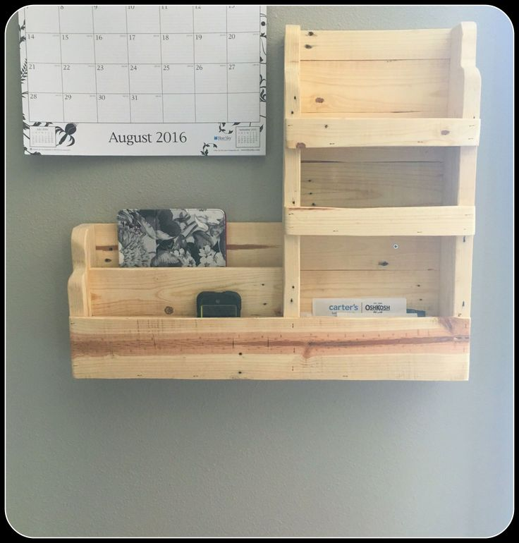 #Entrance, #PalletDiyIdeas, #RecyclingWoodPallets, #WallDecor I needed something that I could put by my door so that I didn't forget things. Additionally, I needed a place where I could put my phone and laptop when they weren't in use. I finally made this Family Pallet Command Center! My husband and I about my