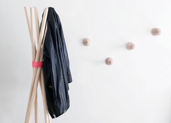 Se necesitan cinco varas de madera de 170cms de largo y un poco de cuerda color flúor (inmejorable). Solamente ata la cuerda varias veces alrededor de los trozos de madera, también se puede aplicar un poco de pegamento entre la cuerda y la madera para evitarnos un futuro derrumbe. - See more at: http://www.specadoc.com/2012_05_01_archive.html#sthash.4WT6Zxmi.dpuf