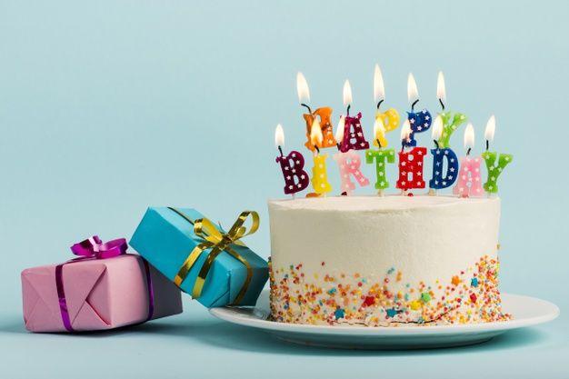 Baixe Duas Caixas De Presente Perto Do Bolo Com Velas De Feliz Aniversario Contra O Pano De Fundo Azul Gratuitamente Happy Birthday Candles Birthday Candles Birthday Cake With Candles