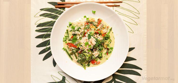 Indisk wok kan serveres både med ris og nudler. En middagsrett som er enkel, rask og mettende, med en frisk smak av koriander. Prøv denne smakfulle vegetarretten eller en av våre mange andre vegan- og vegetaroppskrifter.