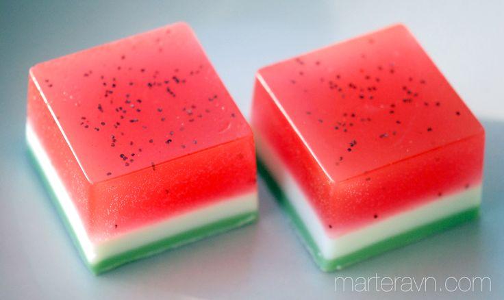 I denne tutorialen skal jeg vise hvordan du kan lage vannmelonsåpe! Det du trenger er: Hvit og blank såpebase, såpeform, skjærebrett, kniv, rød og grønn såpefarge, noe å smelte såpen i, noe å røre ...