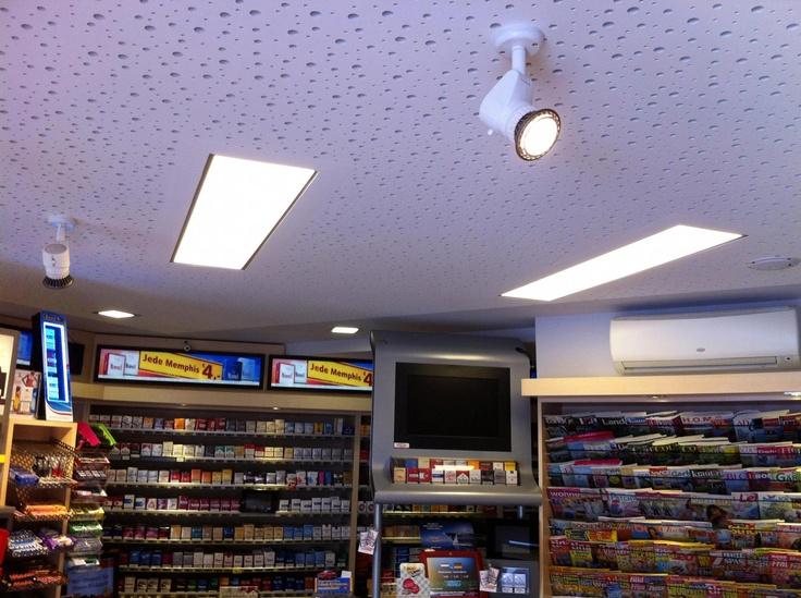 Im Geschäftsbereich sorgen in die Akustikdecke integrierte LED-Paneele mit je 45Watt bzw. je 7Watt für eine angenehme Grundbeleuchtung, Led-Spots heben die präsentierten Waren am POS hervor.