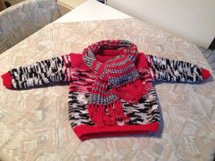 Black-grey-white hand knitted kids sweater with read boarders & shawl - Zwart-grijs-witte handgebreide kindertrui met rode boorden & sjaal