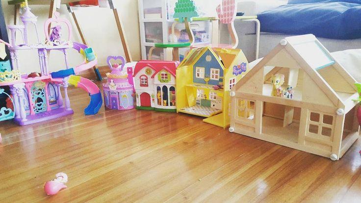 Ponyville en mi salon. Living room invaded with pony's kingdom. Tardes de juego en familia