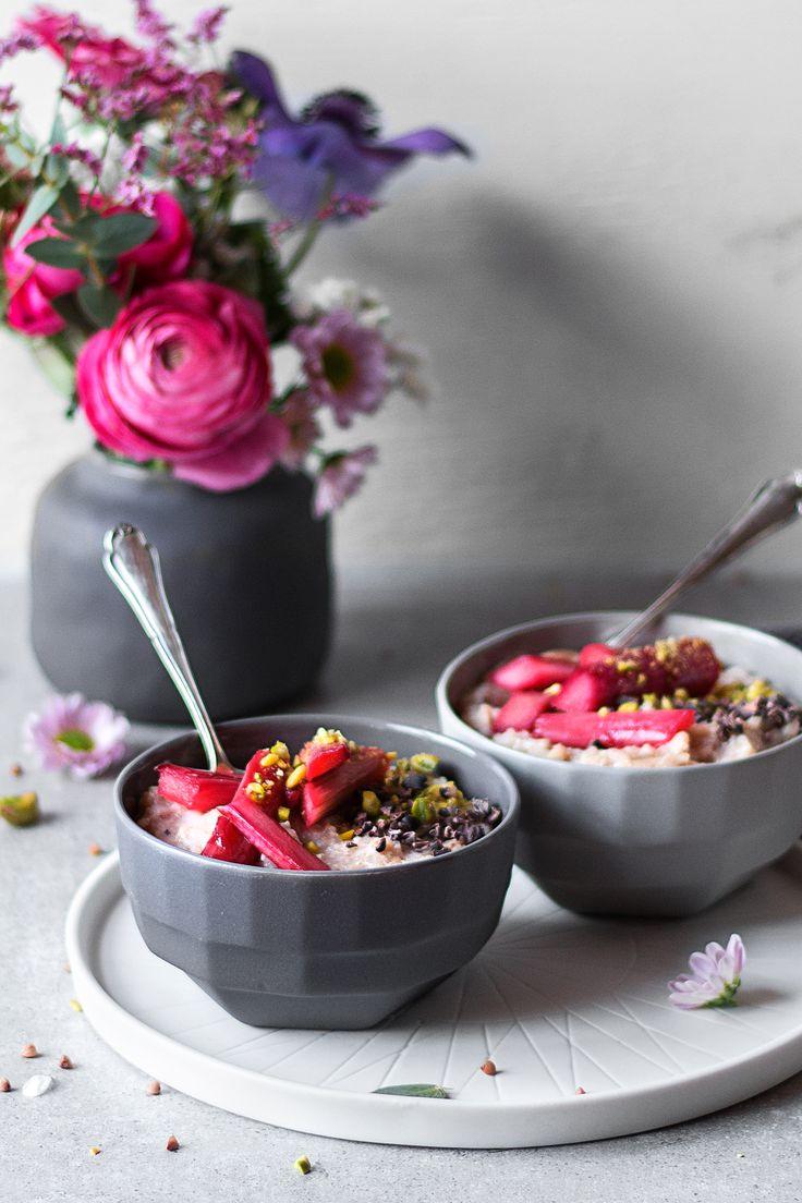 Rhabarber-Porridge mit Buchweizen! Gesunder und glutenfreier Frühstücksporridge mit Rhabarber - freiknuspern