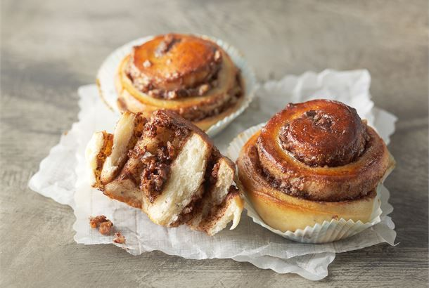 Suklaa-pähkinäpullissa yhdistyy pehmeän täyteläinen suklaa ja rouskuva pähkinärouhe. http://www.valio.fi/reseptit/suklaa-pahkinapullat/ #resepti #ruoka