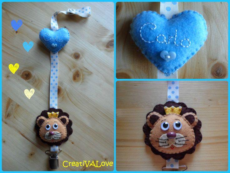 CreatiVALove handmade. Un simpatico leone realizzato in pannolenci decora il fermaciuccio personalizzato.