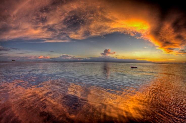 Pesona bumi Papua memang tak bisa dipungkiri lagi. Salah satunya adalah panorama matahari terbenam yang sangat menakjubkan di atas wilayah perairan Manokwari, Papua Barat ini.