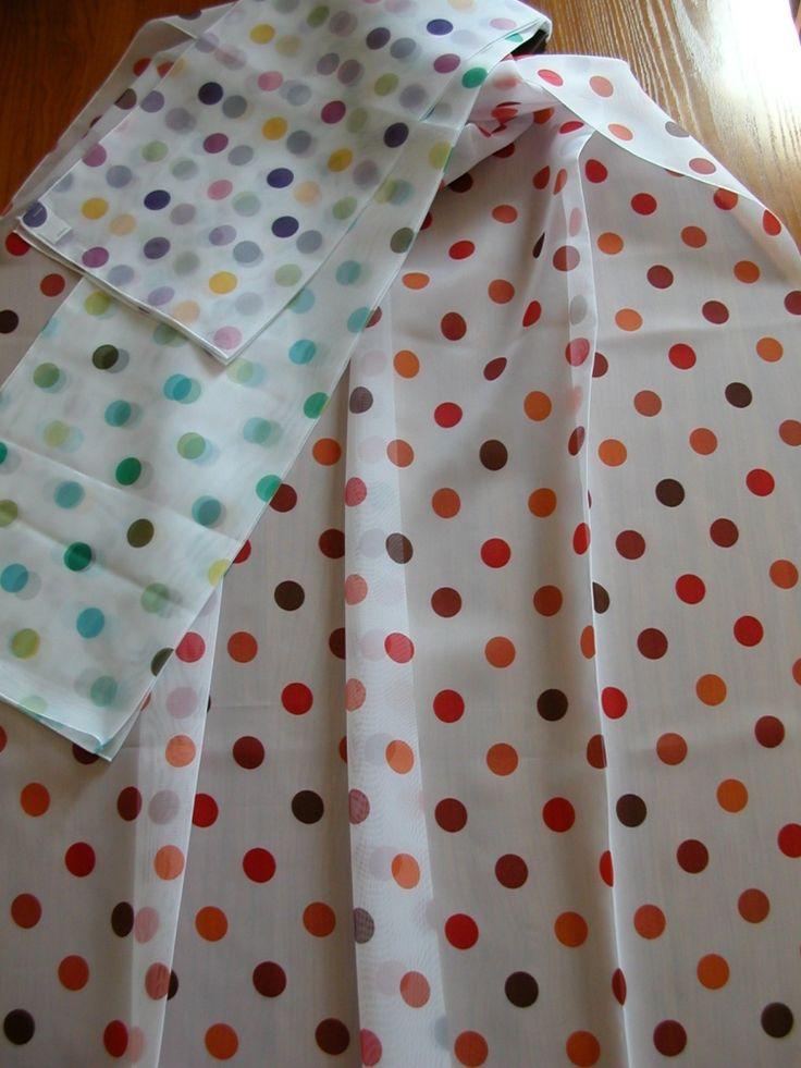 Ff0271 Színes pöttyös voile fényáteresztő függöny. Színek: fehér alapon narancs–piros–bordó pöttyös, zöld–sárga–türkiz pöttyös, zöld–sárga–pink–lila pöttyös (pöttyök átmérője 19 mm).
