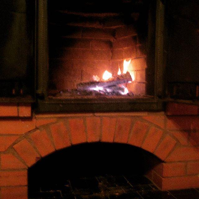 Уют и тепло от домашнего очага💖. Что может быть прекраснее в холодный вечер? #уют#тепло#очаг#дом#вечер#дача#камин#love#beautiful#home#nature#homedecor#уютныйдом#семья