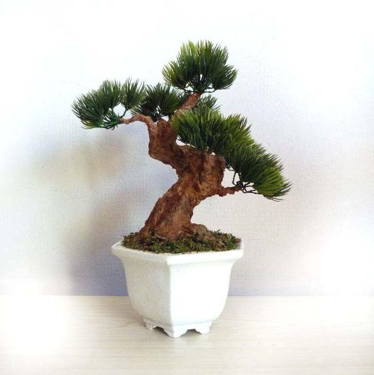Umělá+bonsaj+v+keramické+misce+++Celková+výška+bonsaje+je+26+cm.++Bonsaj+je+napevno+ukotvena+v+keramické+misce.+Kmen+je+vymodelován+z+tvrzeného+recyklovaného+papíru.+Kůra+stromu+je+ošetřena+lazurou+na+dřevo.+Jehličí+japonské+borovice+je+umělé.+V+případě+Vašeho+zájmu,+neváhejte+se+na+cokoliv+dotázat.