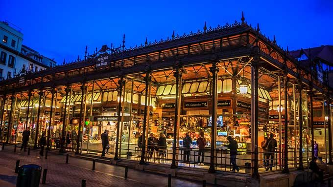 Mercado de San Miguel, Madrid Y volvemos al sur, una vez más a España. Pero ahora a la capital. Madrid ha sabido adaptarse a los nuevos tiempos en esto de los mercados, tal y como demuestra el hermoso complejo de San Miguel, situado en el centro mismo de la ciudad, a tiro de piedra de la fabulosa Plaza Mayor. Construido en el año 1916 y realizado por completo en hierro, hoy es el hogar de paradas de productos enogastronómicos de alta calidad, muchos de los cuales son biológicos