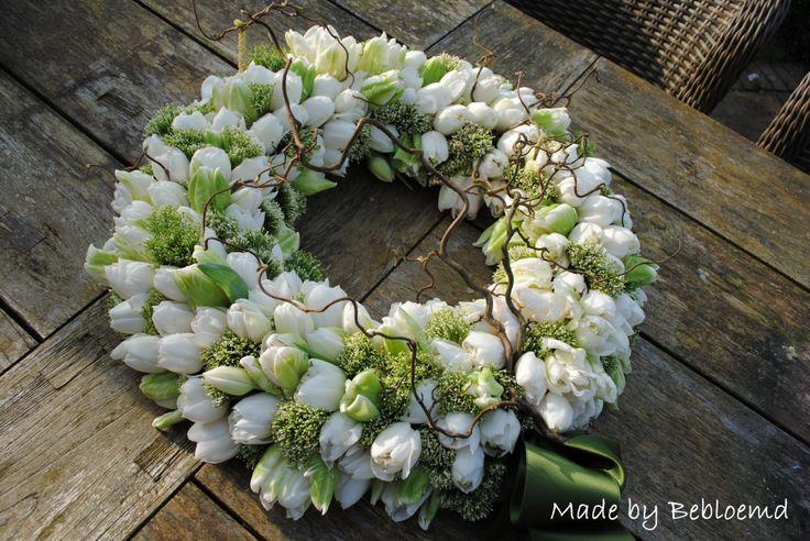 Rouwkrans met tulpen made by Bebloemd