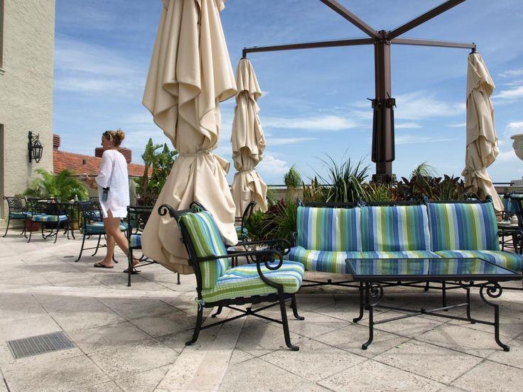 こんなおしゃれなパティオでカクテルと景色を楽しみたい。フロリダ州のパームビーチの見所