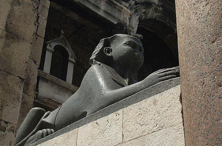 Sfinks w Pałacu Dioklecjana w Splicie || http://crolove.pl/20-faktow-o-chorwacji-o-ktorych-mogliscie-nie-wiedziec/ || #Chorwacja #Croatia #Hrvatska