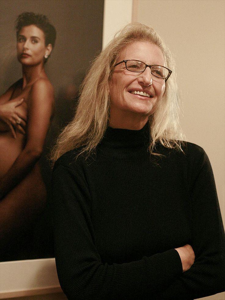 Annie Leibovitz vor Demi Moores Aktporträt, 2008. Mit ihren Portraits berühmter Persönlichkeiten wurde sie bekannt. #famousperson #portraits #fotografie Weitere bedeutende Personen in der Fotografiegeschichte findet ihr unter http://www.fotos-fuers-leben.ch/fototechnik/geschichte-fotografie/6-personlichkeiten-die-stile-der-fotografie-gepragt-haben/
