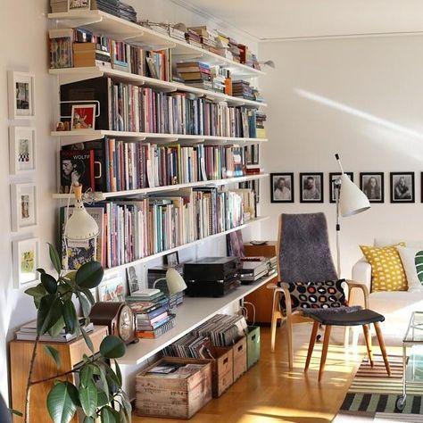 Une bibliothèque avec des étagères et des équerres