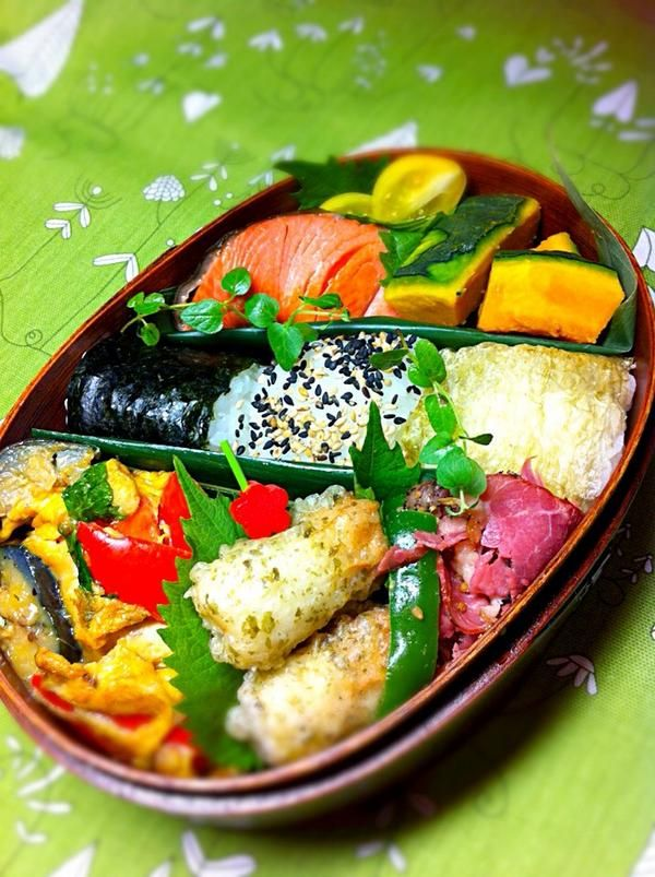 posted from @okukatu1130 おはようございます(^^) 爽やかな朝の息子弁当〜♫  オニギリ3個、鮭、彩りオムレツ、竹輪磯辺揚げ、カボチャ等〜 #お弁当 #obentoart