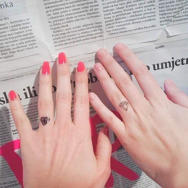 35 couples qui préféraient les tatouages au doigt aux bagues de fiançailles et ça a l'air génial   – Ring