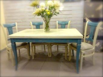 Mesa de sal n y sillas azul y crema pintadas a mano con for Sillas azules comedor