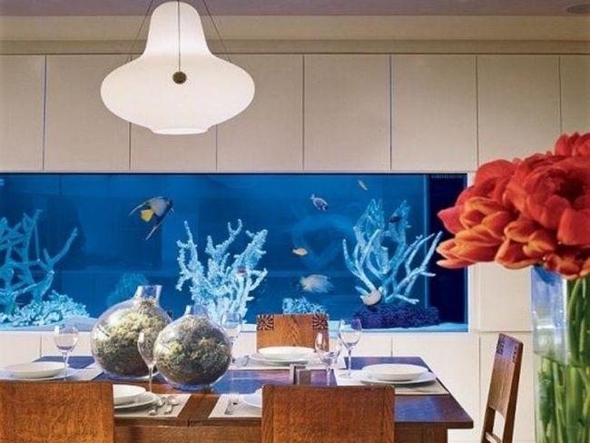 esszimmer in der wand eingebautes aquarium blaue beleuchtung