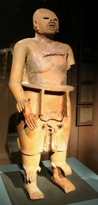Estatua de Xipe-Totec Nuestro señor el desollado,dios de la primavera,la fecundidad y la perpetua renovacion de la tierra.A veces se lo  representaba vestido de una piel humana,simbolo de una renovacion de la naturaleza,de los orfebre y dios de los guerreros sacrificados.En ocasiones se lo esculpia bajo una piel de jaguar,de ofidio o de mano,como en el caso de esta escultura.