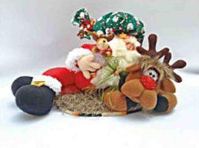 Muñeco de Noel descansando con reno