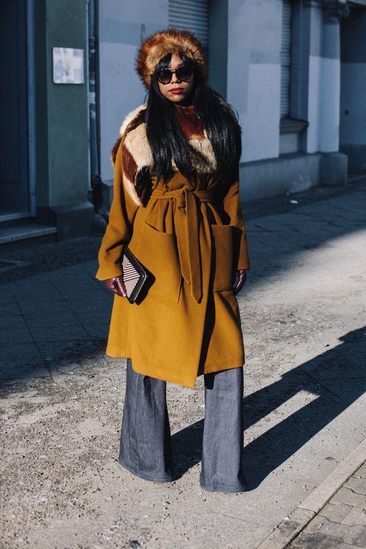 """Mich inspirieren viele verschiedene Dinge – bei diesem Outfit waren es meine Heimatstadt New York City und mein Lieblingsjahrzehnt, die Siebziger. Der Faux Fur Look erinnert mich an die Russen in Brooklyn im Winter, aber auch an die Filmstars der 70s. Ich liebe den Glamour dieser Ära – zu meinen Stilikonen gehören Diana Ross und Curtis Mayfield. Ich habe mich für erdige Naturtöne entschieden und bringe mit den auffälligen Texturen Leben in den Look. Das Ganze nenne ich """"Supergeilen…"""