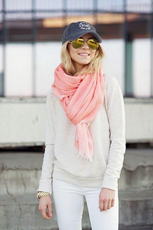 <p>Lenços ou echarpes em tons claros ou alegres são uma óptima alternativa aos tons mais neutros de inverno.</p>