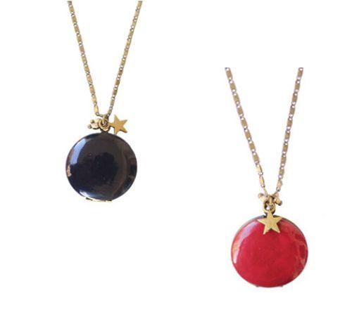 Sautoir médaillon composé d'une chaîne en métal bronze, d'un pendentif médaillon…
