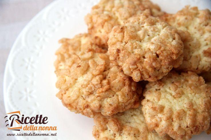 Una ricetta per fare dei biscotti gustosissimi e croccanti al cocco e riso soffiato. Uno tirerà l'altro… Procedimento In una ciotola montare il burro con lo zucchero.Aggiungere un uovo intero e mescolare bene. Inglobare alla crema la farina e il cocco disidratato. Prendere un pò dell'impasto con un cucchiaino e rigirarlo nel riso soffiato creando […]