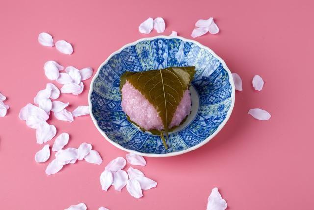 桜もちは、関東と関西では違います。関東では「長命寺」、関西では「道明寺」。葉は食べられるのか、和菓子におすすめのお茶もご案内します。