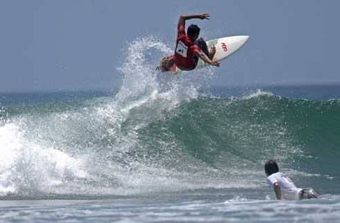 Sebagai negara yang terdiri dari ribuan gugusan kepulauan yang dikelilingi lautan, Indonesia tentunya memiliki pesisir pantai yang menghasilkan gulungan ombak yang ideal bagi aktivitas surfing. Karena pesona yang amat indah dan potensinya yang masih murni, pantai di Indonesia kini justru menjadi intaian para wisatawan mancanegara penggila selancar ombak untuk menaklukan keganasannya. http://koran-jakarta.com/index.php/detail/view01/101113