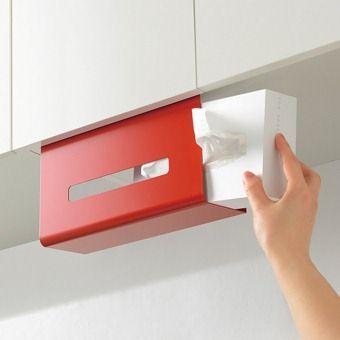 キッチンでも大活躍のティッシュは、吊り戸棚下を指定席に。繰り返し使える粘着シートで設置はとても簡単。スチール製なので、キッチンタイマーやお手持ちのマグネットを使ってメモも留められます。